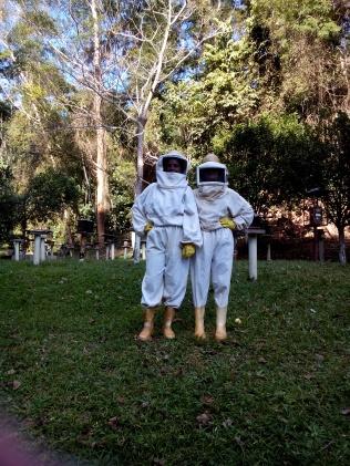 Micaele e Jô França coletando abelhas!